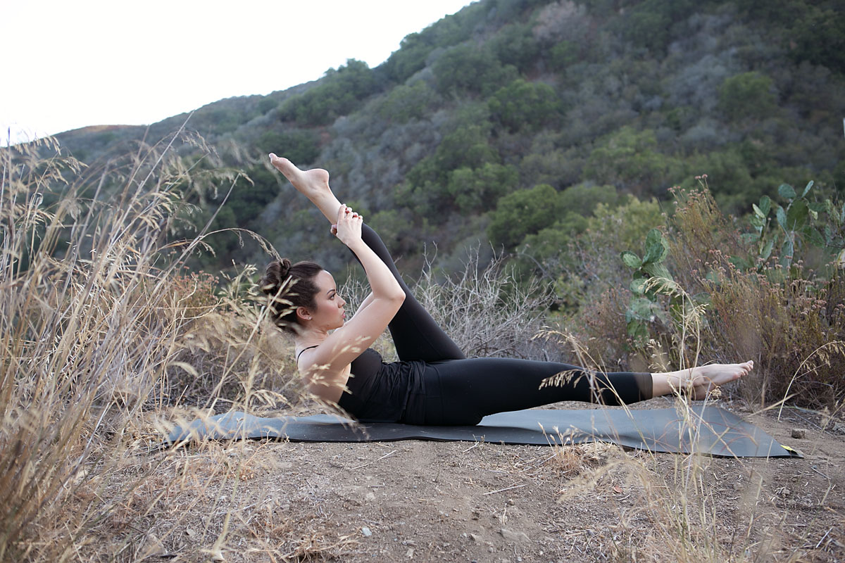 ab exercises, stomach exercise, Pilates, Los Angeles pilates, fitness model, fitness blog, series of five, single straight leg stretch, lululemon pants, beyond yoga top
